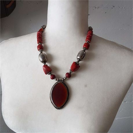 Fashion Jewelry Statement Necklace With Large Center Stone.