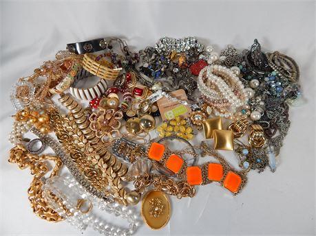 4lbs+ Costume Scrap Jewelry Lot (270r1Bs2)