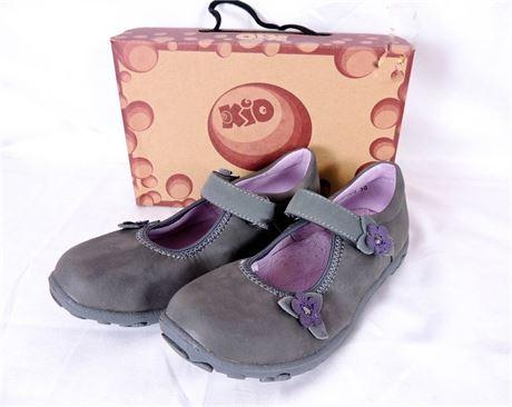 NIB Kio Trend Annaliese Gray Mary Jane Shoes w/Floral Detail Girls Sz 10/EU27