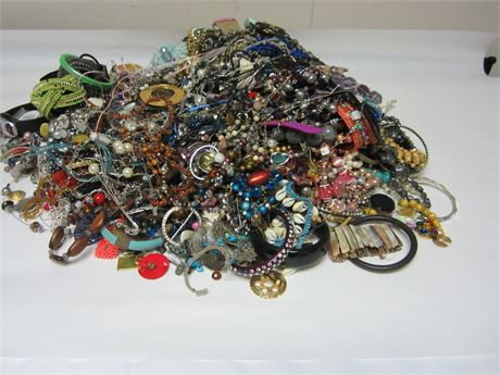 Lot of Unsorted Costume Jewelry 27.5lbs   7#A (650)