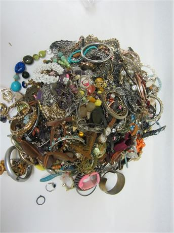 Lot of Unsorted Costume Jewelry 18lbs D1 (650)