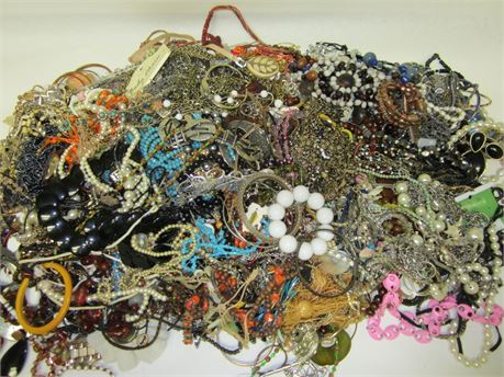Lot of Unsorted Costume Jewelry 27.lbs   9B (650)