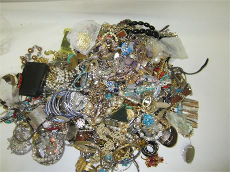 Lot of Unsorted Costume Jewelry 22lbs C2A (650)