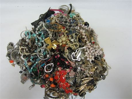 Lot of Unsorted Costume Jewelry 20lbs B2A (650)